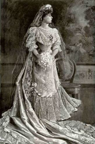 dresses of Queens from the past - Ecosia